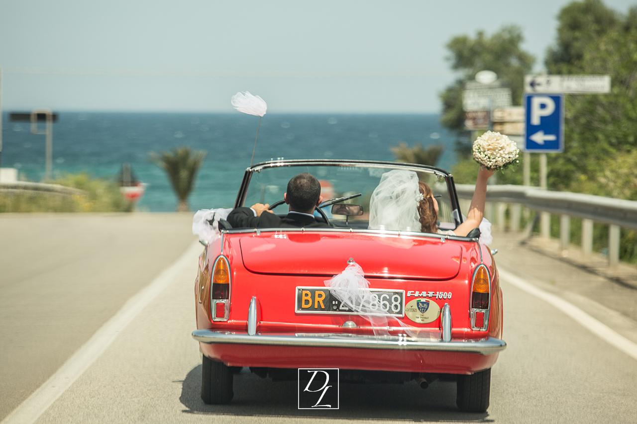 sposi in auto d'epoca