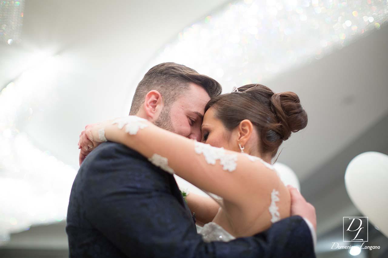sposi abbracciati